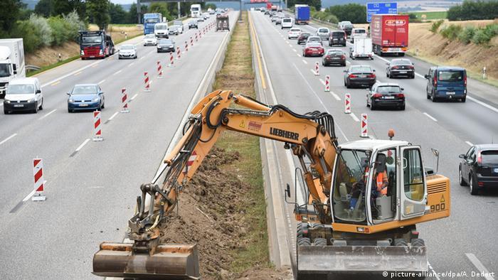 Bagger auf der Autobahn A5 Frankfurt - Kassel (picture-alliance/dpa/A. Dedert)