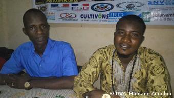 Mawaki Malam Ousmane Abdourahmane da shugaban kungiyar matasa da ke tallafa masa Malam Mamane Sani Abdoulaye