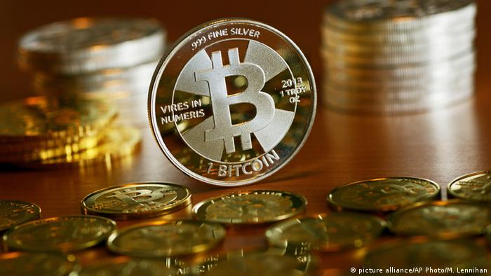 Bitcoins on a table (picture alliance/AP Photo/M. Lennihan)