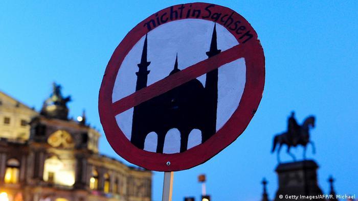 Deutschland Pegida gegen Moscheen Plakat in Dresden