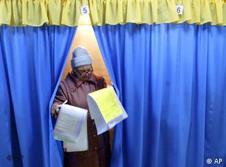 Старим вдома голосувати зручніше. Але забезпечити прозорість таких виборів важко