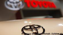17.04.2010 FILE - In this April 17, 2010 file photo, a Toyota emblem is seen on a car during the Denver Auto Show in Denver. Toyota Motor Corp. reported Thursday a 14.5 percent drop in profit for the fiscal first quarter as sales fell and a strong yen slashed earnings for the Japanese automaker. (AP Photo/David Zalubowski, file) Copyright: picture-alliance/AP Photo/D. Zalubowski