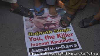 Pakistani activists of the hard-line religious organisation Jamaat-ud-Dawa (JUD) carry posters bearing the image of Indian Home Minister Rajnath Singh during a protest (Photo: picture-alliance/dpa/R.-S.Hussain/Pacific Press)