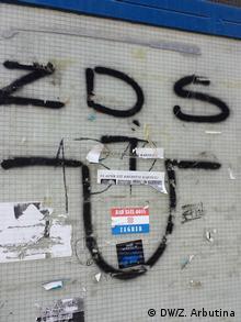 Grafiti U i ZDS na jednoj tramvajskoj stanici u Zagrebu