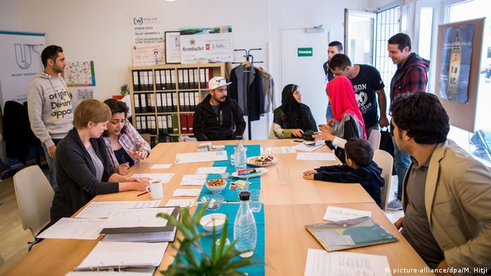 Deutschland Dortmund Ehrenamtliche Flüchtlingshelfer (picture-alliance/dpa/M. Hitji)