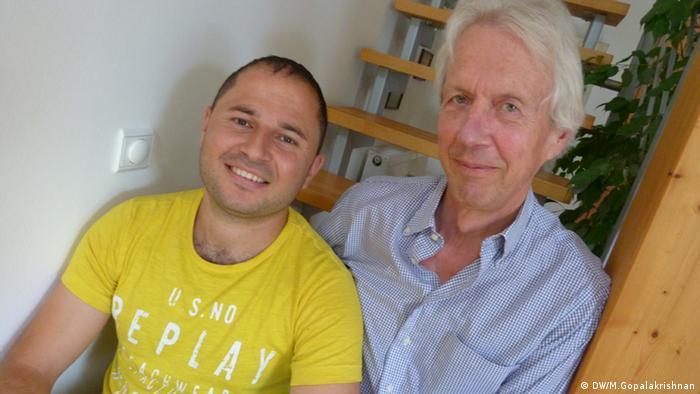 Nidal Rashow und sein Helfer Wedig von Heyden
