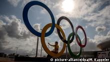 Eine Frau macht am 28.07.2016 im Olympischen Park in Barra in Rio de Janeiro in Brasilien ein Selfie mit den Olympischen Ringen im Olympic Parc. Die Olympischen Spiele 2016 werden vom 5. bis zum 21. August 2016 in Rio de Janeiro ausgetragen. Foto: Michael Kappeler/dpa +++(c) dpa - Bildfunk+++ | Verwendung weltweit Copyright: picture-alliance/dpa/M. Kappeler