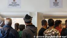 Flüchtlinge warten am 25.09.2015 in der Erstaufnahmeeinrichtung für Asylbewerber in Regensburg