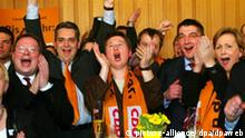 Landtagswahl Baden-Württemberg CDU-Politiker reagieren am Sonntag (26.03.2006) im Stuttgarter Landtag auf die ersten Hochrechnungen zu den Landtagswahlen in Baden-Württemberg. Im Südwesten waren etwa 7,6 Millionen Bürger aufgerufen, ihre Stimme abzugeben. Foto: Harry Melchert dpa/lsw +++(c) dpa - Bildfunk++