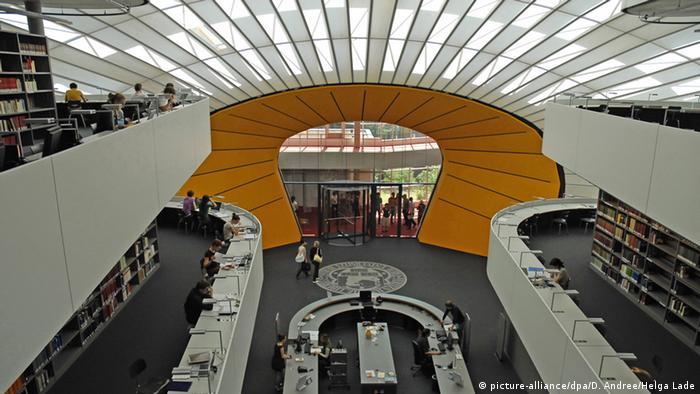 Foster Bibliothek FU Berlin  Copyright: picture-alliance/dpa/D. Andree/Helga Lade.