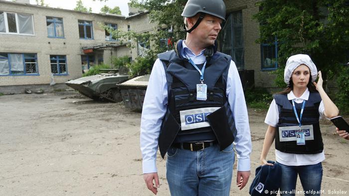 Ukraine Zaitsevo Alexander Hug Chefredakteur der OSCE vor beschädigtem Schulgebäude