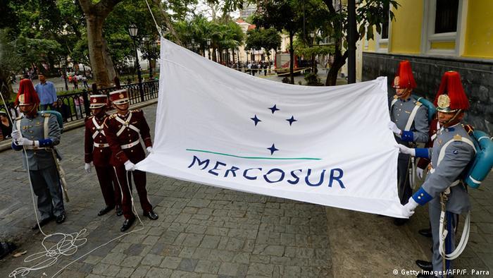 Venezuela Die Mercosur-Flagge wird gehiesst (Getty Images/AFP/F. Parra)