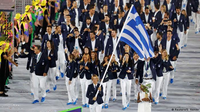 Sofia Bekatorou, 43, Olympiasiegerin 2004 und 2008, vierfache Weltmeisterin und zweifache Weltseglerin des Jahres, führt mit einer griechischen Fahne die griechische Delegation bei der Eröffnungsfeier für Olympia Rio 2016 an