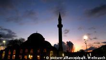 ARCHIV - ILLUSTRATION - Hinter der Merkez-Moschee in Duisburg Marxloh mit dem 34 Meter hohen Minarett geht die Sonne am 14.12.2009 unter. Die Zahl der Übergriffe auf Moscheen in Deutschland ist nach einer Erhebung der türkisch-islamischen Union Ditib deutlich gestiegen. Wie der Dachverband am Mittwoch in Köln mitteilte, erfasste die Ditib-Akademie 2014 insgesamt 73 Angriffe, und 2015 sei mit 99 Übergriffen ein trauriger Rekord erreicht worden. Foto: Roland Weihrauch dpa/lnw +++(c) dpa - Bildfunk+++   Verwendung weltweit picture-alliance/dpa/R. Weihrauch