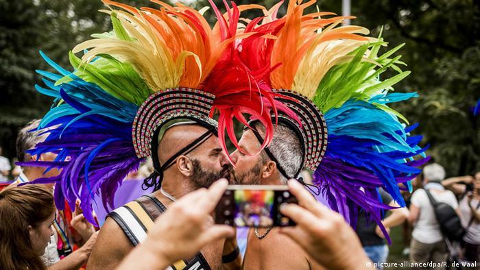 Europride Amsterdam PrideWalk 2016 (picture-alliance/dpa/R. de Waal)