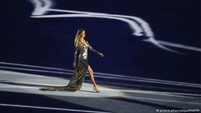 Gisele Bündchen desfilou ao som de Garota de Ipanema e arrancou elogios da imprensa internacional