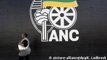 Archiv FILE - epa03509873 A woman walks past a huge ANC poster in Mangaung, South Africa, 15 December 2012, as final preparations continue for the 53nd ANC National Conference to start 16December 2012 in Mangaung. EPA/KIM LUDBROOK (zu dpa Partei Nelson Mandelas droht Denkzettel bei Wahlen in Südafrika vom 02.08.2016) +++(c) dpa - Bildfunk+++ | (c) picture-alliance/dpa/K. Ludbrook