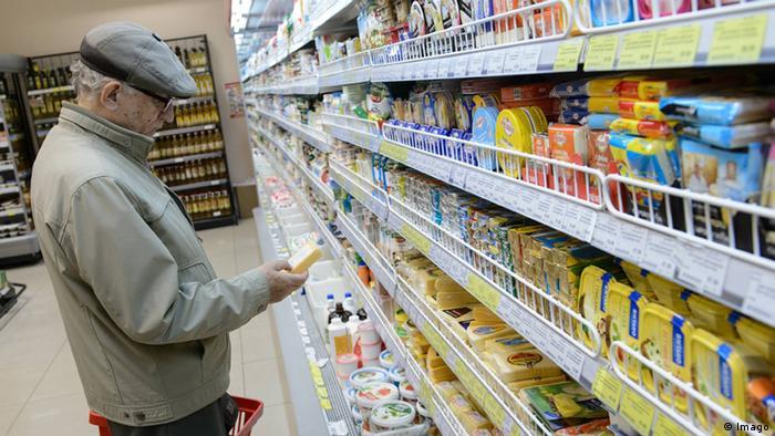 Пожилой мужчина рассматривает продукты в супермаркете в Екатеринбурге
