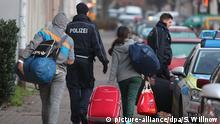 Leipzig Abgelehnte Asylbewerber werden zum Transport zum Flughafen abgeholt