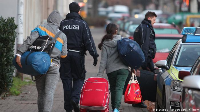 Abgelehnte Asylbewerber werden von Polizisten zurm Flughafen Halle-Leipzig gebracht (Foto: dpa)