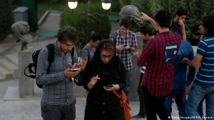 жители Тегерана со смартфонами