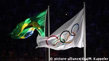 Olympiade Brasilianische und Olympische Flagge