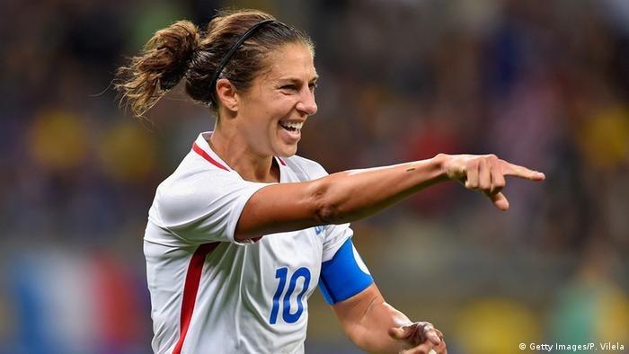 Jogadora americana Carli Lloyd aponta comemorando gol