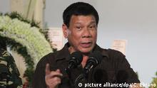 07 August 2016*** epa05460475 Filipino Presiden82552323t Rodrigo Duterte speaks during a visit at the wake of killed soldiers in Davao city, southern Philippines, 07 August 2016. Duterte read out a list of local government officials and police officers allegedly involved in illegal drugs trading, according to media reports. Included in the president's list were judges, mayors, congressmen, and both high-ranking and low-ranking police officers and ordered the suspects to report to the Philippine National Police headquarters within 24 hours. Duterte's war on illegal drugs have resulted in more than 600 suspected drug traders and users to be killed and more than 100,000 people surrendering to authorities during the first month of his campaign. EPA/CERILO EBRANO -- BEST QUALITY AVAILABLE   picture alliance/dpa/C. Ebrano