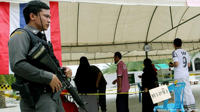 Referendum unter Polizeischutz: Wahlokal in Thailand (Foto: dpa)