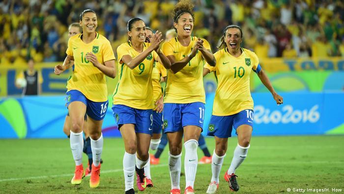 Seleção feminina de futebol celebra contra a Suécia nos JogosOlímpicos 2016