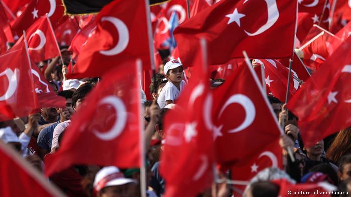 Türkei - Kundgebung in Istanbul gegen den Umsturzversuch (picture-alliance/abaca)