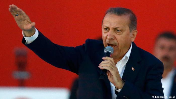Эрдоган выступает на митинге своих сторонников