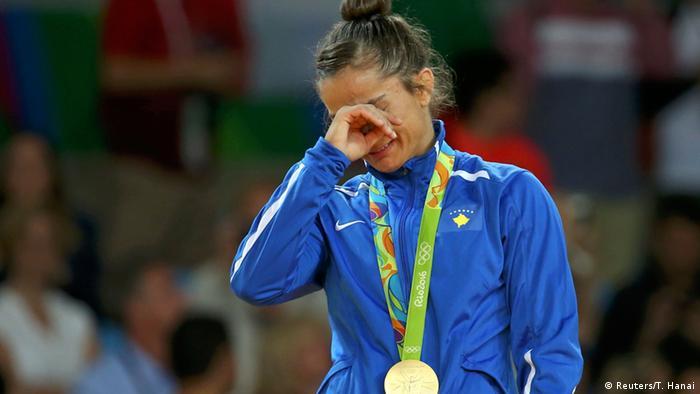 A judoca Majlinda Kelmendi com a medalha de ouro na Rio 2016