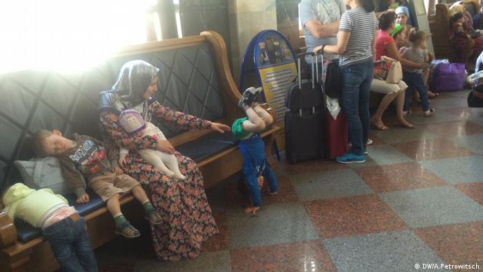Мигранты из Чечни на вокзале в Бресте