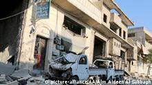 Syrien Aleppo zerstörte Fahrzeuge und Trümmer eines Hauses