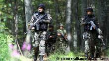 Serbischen Sicherheitskräfte - hier Angehörige der Armee und der Gendarmerie - patrouillieren am 4. August 2016 in den Wäldern an der Grenze zwischen Serbien und Bulgarien in der Nähe der Stadt Vlasina, 400 km von Belgrad entfernt, um die Einreise von Migranten zu verhindern