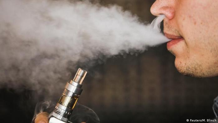Muškarac puši elektroničku cigaretu (Reuters/M. Blinch)