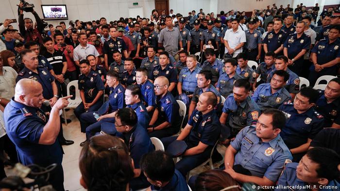 Близько 300 поліцейських на Філіппінах підозрюються у зв'язках з наркоторговцями