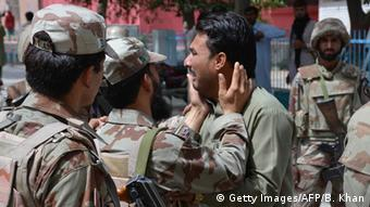 Pakistan Quetta Trauer nach Bombenanschlag vor einer Klinik (Getty Images/AFP/B. Khan)