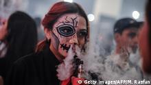 Malaysia Kuala Lumpur Raucherin mit E-Zigarette