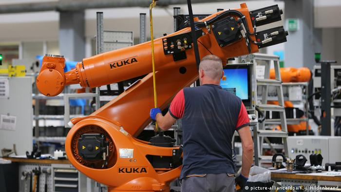 China's Midea buys Kuka (picture-alliance/dpa/K.-J. Hildenbrand)