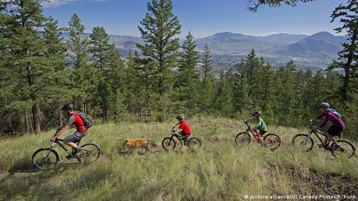 Kanada Familie auf Mountainbikes (picture-alliance/All Canada Photos/K. Funk)