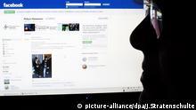 Social Media Facebook Polizei Ermittlungen Symbolbild ARCHIV - ILLUSTRATION - Eine Frau sitzt am 28.12.2011 in Hannover vor einem Computerbildschirm, auf dem die Facebook-Seite der Polizei Hannover zu sehen ist. Bei Ermittlungen zu einer vermeintlich kinderpornografischen Seite auf Facebook hat die Polizei Hannover die Adresse auf ihrer eigenen Facebookseite zeitweise veröffentlicht - und so erst recht bekanntgemacht. Foto: Julian Stratenschulte dpa/lni (zu lni 0305 vom 25.07.2012) +++(c) dpa - Bildfunk+++ | Verwendung weltweit picture-alliance/dpa/J.Stratenschulte
