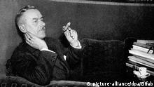 Die Abbildung zeigt den deutschen Schriftsteller Thomas Mann. Schon sein erster Roman Buddenbrooks (1901) machte ihn weltberühmt. Weitere wichtige Werke sind Tod in Venedig (1912), Der Zauberberg (1924) und Die Bekenntnisse des Hochstaplers Felix Krull (1954). 1929 wurde er mit dem Literatur-Nobelpreis ausgezeichnet. Als Kritiker der Nationalsozialisten emigrierte er 1933 in die Schweiz, später in die USA, wo er 1944 die amerikanische Staatsbürgerschaft erhielt. Thomas Mann wurde am 6. Juni 1875 in Lübeck geboren und ist am 12. August 1955 in Zürich gestorben. | Verwendung weltweit picture-alliance/dpa/Bifab