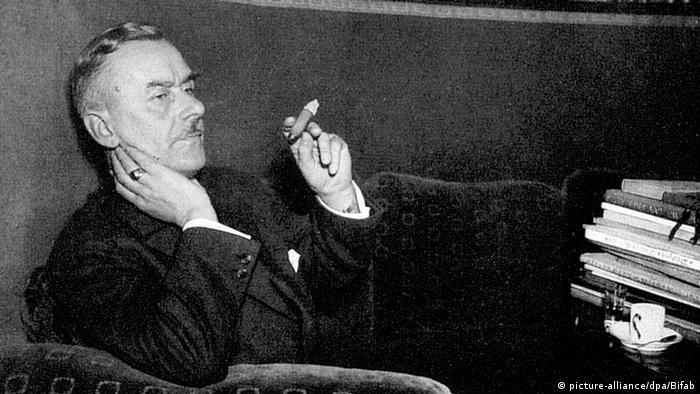 Schwarz-weiß Foto des deutschen Schriftstellers Thomas Mann mit Zigarre. (picture-alliance/dpa/Bifab)