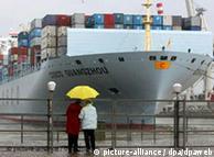 Ein Containerschiff der Reederei Cosco fährt im Hamburger Hafen ein (Foto: dpa)