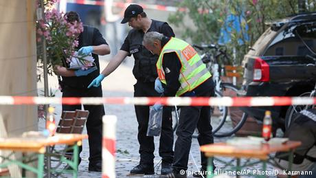 police at crime scene (picture alliance/AP Photo/D. Karmann)