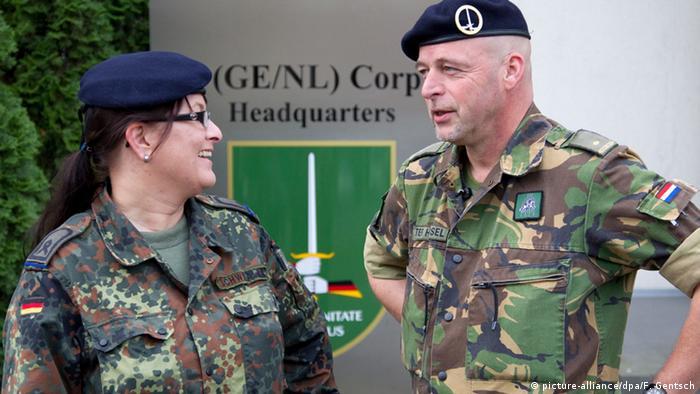 Dvoje časnika iz Njemačke i Nizozemske pred zajedničkim zapovjedništvom u Münsteru