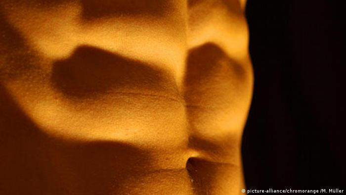 Abs with sixpack, Copyright: picture-alliance/chromorange /M. Müller