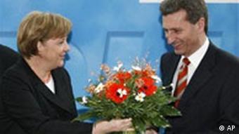 Bundeskanzlerin Merkel überreicht Öttinger einen Blumenstrauss, Landtagswahlen, Baden-Württemberg